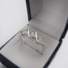 Stříbrný prsten se zirkony KPS131