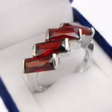Stříbrný prsten s červenými zirkony (KPS156)